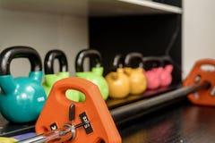 在机架的Kettlebells在健身房 免版税库存图片