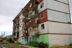 在朽烂的公共住房,古巴 免版税库存照片