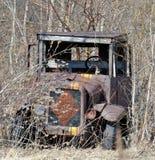 在杂草放弃的古色古香的卡车 免版税图库摄影