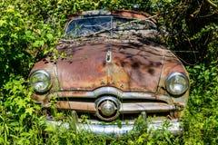 在杂草的生锈的福特 库存照片
