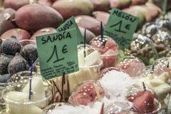 在杂货店的水果摊 免版税库存照片