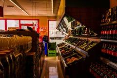 在杂货店里面的蔬菜水果商 库存照片