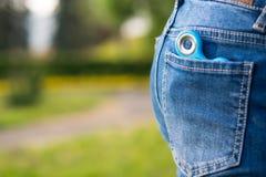 在权利口袋牛仔裤有一名锭床工人,有题字的一个地方 免版税库存照片