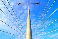 在杆天空街道的蓝色电灯 库存照片