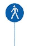 在杆岗位的步行走的车道走道小径路标,大蓝色回合隔绝了路线交通路旁标志 图库摄影