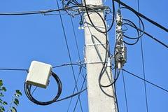 在杆的互联网电子出口缆绳 免版税库存照片