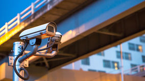 在杆的安全监控相机设备在晚上红绿灯和 免版税库存照片