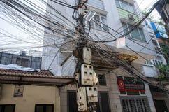 在杆的杂乱电接线在河内,越南 免版税库存图片