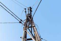 在杆的电导线 免版税库存图片