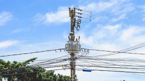 在杆的电源变压器 与能量发行的灯柱 库存照片
