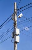 在杆的通信导线 免版税库存照片