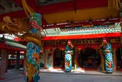 在杆的金黄龙 中国寺庙图阿Pek孔 米里市,婆罗洲,沙捞越,马来西亚 免版税库存图片