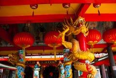 在杆的金黄龙 红色中国灯笼 寺庙图阿Pek孔 米里市,婆罗洲,沙捞越,马来西亚 库存照片