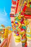 在杆附近的中国龙雕象 免版税库存图片
