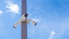 在杆outdoo的CCTV监视安全监控相机视频器材 免版税库存照片