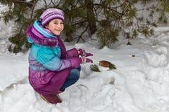 在杉木下的女孩 免版税库存照片