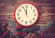在杉木分支附近的时钟 免版税库存照片