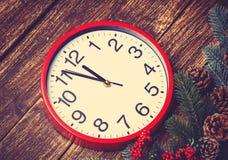 在杉木分支附近的时钟 免版税图库摄影