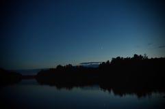 在杉木常设夏天日落结构树二之后 免版税库存图片