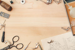 在杉木桌上的缝纫机辅助部件 库存照片