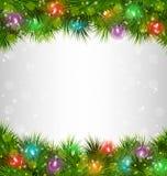 在杉木的多彩多姿的圣诞灯在灰色极谱分支 免版税图库摄影