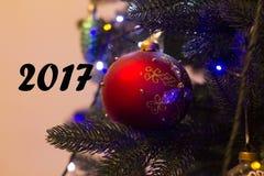 在杉木的新年玩具 免版税库存图片
