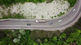 在杉树森林和农村汽车路的看法的下空中上面 影视素材