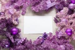 在杉树的圣诞卡羊皮纸 免版税库存图片