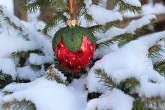 在杉树的圣诞节玩具 免版税库存图片