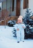 在杉树附近的小女孩在冬天 库存照片
