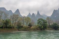 在李河的石灰岩地区常见的地形横向在Yangshuo,中国 免版税库存图片