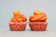 在杏仁装饰的蓝色背景的奶油色焦糖杯形蛋糕 免版税库存图片