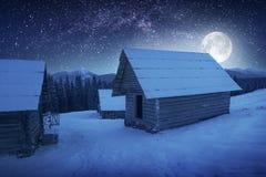 在村庄上的月亮 免版税库存图片