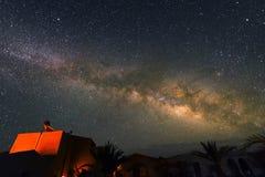 在村庄上的银河在撒哈拉大沙漠在晚上,摩洛哥附近 库存照片