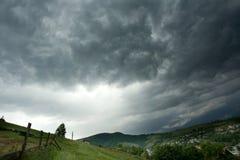 在村庄上的暴风云 免版税库存图片