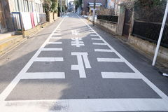 在村庄东京,日本在路的停车牌 免版税库存照片