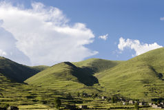 在村庄之下的山天空 免版税库存图片