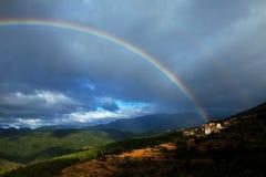 在村庄之下的彩虹 免版税库存图片