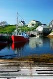 在村庄之下的蓝色捕鱼天空 免版税库存照片
