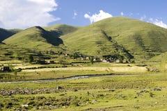 在村庄之下的2座山天空 图库摄影