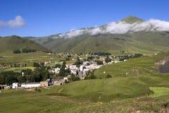 在村庄之下的2座山天空 免版税库存图片