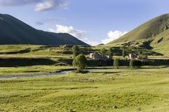 在村庄之下的3座山天空 库存图片