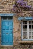 在村庄墙壁上的紫藤在农村法国 图库摄影