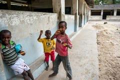 在村庄学校附近的非洲孩子 免版税库存图片