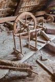 在村庄房子宿营的老手摇风琴  库存图片