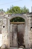 在村庄房子的石墙的老门 非常好的背景 库存图片