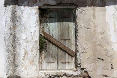 在村庄房子的石墙的老门 非常好的背景 免版税图库摄影