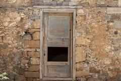 在村庄房子的石墙的老门 非常好的背景 免版税库存照片