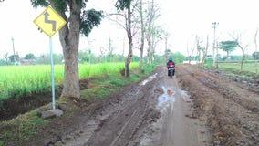 在村庄极限的一条泥泞的路 图库摄影