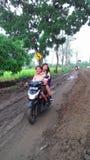在村庄极限的一条泥泞的路 免版税库存照片